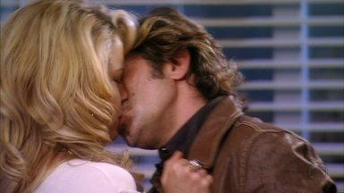Tom se declara e beija Rosário - Ela se surpreende