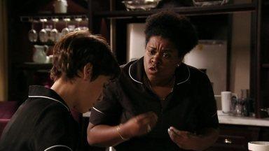 Zezé repreende Nina por falar com Ágata sobre Carminha - A cozinheira aconselha a menina a não levar a sério as críticas da megera
