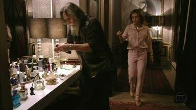 """Carminha tenta convencer Nilo a ficar do seu lado - O malandro escolhe """"presentes"""" para receber"""