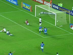 Cruzeiro vence o Bahia por um a zero em Salvador - Atlético-GO empata com o Santos por dois a dois em São Paulo. Em Recife, o Figueirense venceu o Sport por um a zero.