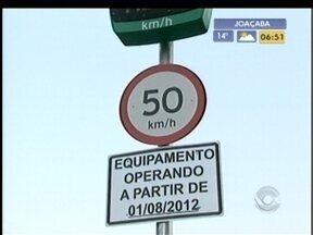 Câmeras de segurança estão sendo instaladas na rodovia em Joaçaba e Herval d'Oeste - Em Indaial, no Vale do Itajaí, lombadas eletrônicas também foram instaladas.