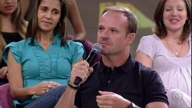 Rubinho Barrichello adora ajudar o filho nas tarefas - Apesar de ter pouco tempo, ele sempre tenta ajudar o filho