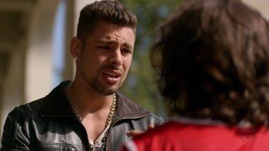 Jorginho fica perplexo com revelação de Picolé - O jogador descobre que seu verdadeiro pai é filho de Nilo e Lucinda