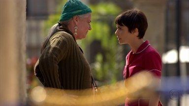 Lucinda tenta alertar Nina contra Carminha - A catadora fica indignada quando a cozinheira conta que a megera foi internada e a aconselha a revelar toda a verdade para Tufão