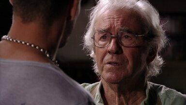 Santiago não revela a Jorginho quem é seu pai verdadeiro - O jogador afirma que odeia Carminha e seu avô o aconselha a questionar a megera sobre seu pai biológico