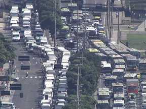 Protesto de motoristas de vans faz Rio de Janeiro ter dia de trânsito caótico - Cerca de três mil motoristas ocuparam as ruas da cidade, em carreata, como forma de protesto. Os manifestantes pedem a licitação do transporte alternativo ainda este ano e o direito de circular nas faixas exclusivas de ônibus.
