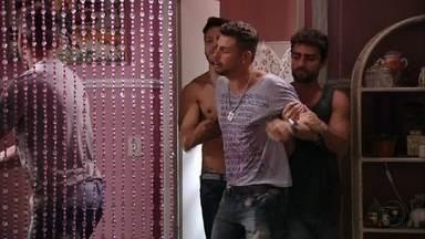 Jorginho é expulso da casa de Neide - A cafetina flagra o jogador vasculhando o seu quarto e se recusa a falar sobre os pais do rapaz