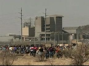 Mineiros entram em confronto com a polícia na África do Sul - Imagens são fortes. Mineiros, em greve, avançam em direção à da polícia e os policiais abrem fogo. Mais de 30 pessoas morreram. O presidente visitou o local do massacre e pediu investigação sobre o caso.