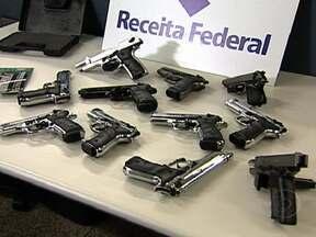 Receita Federal apreende 11 armas no Aeroporto Internacional do Rio - O aparelho de raio-X dos Correios revelou as pistolas. Elas vieram dos EUA, declaradas como equipamentos esportivos. A PF investiga quem enviou e quem receberia a encomenda.