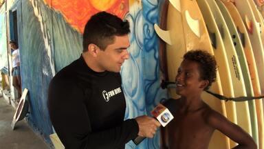 Se Liga - PGM 114 - BLOCO 01 - Dan conhece projeto de surf - Ele deu uma de surfista, não deu muito certo, foi pedir ajuda e conheceu um projeto muito especial que ajuda jovens a entrarem no mundo das ondas.