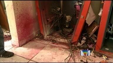 Quadrilha explode caixa eletrônico na zona leste de São José - Uma quadrilha explodiu um caixa eletrônico que ficava dentro de uma quitanda no bairro Campos de São José, na zona leste de São José dos Campos, na madrugada deste sábado, (18).