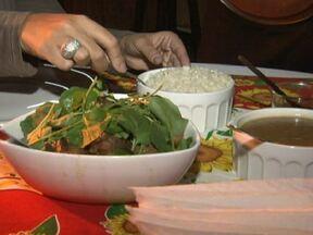 Aprenda a fazer uma rabada - A chef Rosângela Maciel, a Tia Rô, ensina a fazer uma rabada. Esta receita vem do Nordeste, mais especificamente da Paraíba. Rende 6 porções e serve uma família inteira.