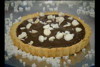Aprenda a fazer torta gelada de açaí com castanha do Pará - Sobremesa combina dois ingredientes típicos do estado. Servida gelada, ajuda a combater o calor.