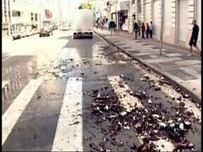 Parte da carga de cerveja caiu de um caminhão no centro de Curitiba - A carga caiu porque a porta da caçamba estava aberta