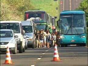 Três dias de bloqueio na BR- 469, rodovia de acesso às Cataratas do Iguaçu - Mas apesar da manifestação, o movimento nas trilhas foi grande.