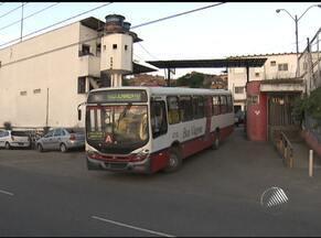 Homem morre após ser atropelado em garagem de empresa de ônibus em Salvador - Funcionário chegou a ser levado para o hospital, mas não resisitiu.