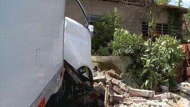 No bairro dos Torrões, no Recife, três pessoas foram atropeladas por um caminhão - De acordo com a polícia, o motorista do caminhão perdeu o controle da direção e invadiu a calçada onde estavam três pessoas.