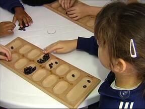Jundiaí, SP, se destaca com nova metodologia de ensino - Representantes de 10 estados estiveram em Jundiaí (SP). Eles foram conhecer um projeto que usa jogos no ensino de crianças. Para professores e alunos, o novo jeito de ensinar melhorou a rotina da escola.