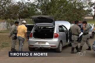 Tiroteio acaba com adolescente morto e dois homens presos, em Goiás - Segundo PM, trio é suspeito de roubar lan house, em Aparecida de Goiânia.Houve troca de tiros e, baleado, garoto de 17 anos morreu mo local.