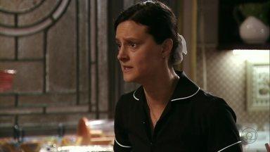 Janaína pergunta a Nina por que ela está chantageando Carminha - Zezé aparece e interrompe a conversa das duas