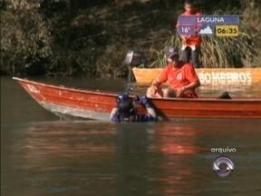 Corpo do homem que caiu num rio no Norte de SC é encontrado - O carro dele caiu no local. Os corpos da filha e da mulher dele já haviam sido encontrados.