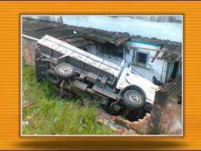 Caminhão perde o controle e invade edifício em Campinas de Pirajá - Acidente ocorreu no último domingo.