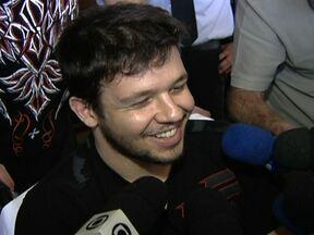 Cantor Bruno, do KLB, fala sobre atropelamento que sofreu em São Paulo - O cantor Bruno, do KLB, já saiu do hospital. Ele foi atropelado por uma amiga na madrugada desta segunda-feira (20), no cruzamento da Juscelino Kubitschek com a Faria Lima. Ele teve cortes nos dois braços.