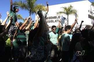 Em GO, estudantes protestam contra a nova lei de cotas para as federais - Manifestantes defendem melhorias na educação e na escola pública. Grupo de Goiânia articulou evento pela internet e diz ser apartidário.