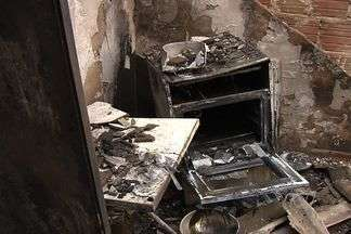 Queimada pode ter provocado incêndio em barracão em Goiânia - Uma queimada pode ter provocado um incêndio em um barracão, no Jardim Novo Mundo, na tarde de domingo (19). A família perdeu tudo o que tinha.