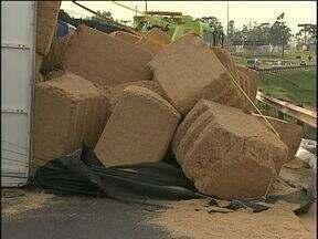 Carreta tomba no trevo Cataratas - O caminhão estava carregado de feno de arroz.