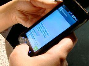 Golpes de promoções por telefone estão cada vez mais comuns - Os golpes de promoções por mensagens de telefone celular e e-mails falsos de cobranças pela internet são cada vez mais comuns e ainda tem muita gente que cai. Para a polícia, este tipo de crime é difícil de rastrear.