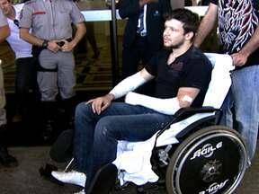 Cantor da banda KLB é atropelado em São Paulo - Músico Bruno estava posando para uma foto em um dos cruzamentos mais agitados da Zona Sul da cidade quando uma amiga se atrapalhou com as marchas do carro, deu ré e o atingiu. Ele cortou os braços e levou 25 pontos, mas já recebeu alta do hospital.