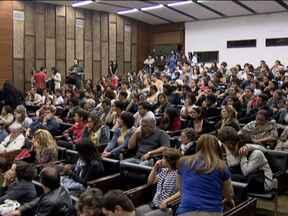 Aulas em universidades que anunciaram fim das greves não recomeçam - Nesta segunda-feira (20), um grupo de professores fez uma reunião, decidiu que não volta para a sala de aula agora e quer marcar para amanhã mais uma assembléia para discutir o fim da greve.