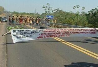 Indígenas fecham BR-364 na divisa entre Rondônia e Mato Grosso - Os índios querem o veto à Portaria 303, que restringe as atividades culturais indígenas como caça, pesca e expansão do território.