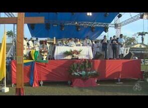 Milhares de fiéis se reuniram para o encerramento da peregrinação da cruz, em Porto Velho - Missa marcou a grande manifestação de fé e louvor no campo da 17ª Brigada. Por mais de três horas, inúmeros fiéis cantaram e celebraram a palavra de Deus.