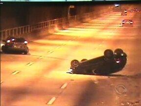 Motorista causa acidente no túnel Antonieta de Barros, em Florianópolis - Motorista causa acidente no túnel Antonieta de Barros, em Florianópolis
