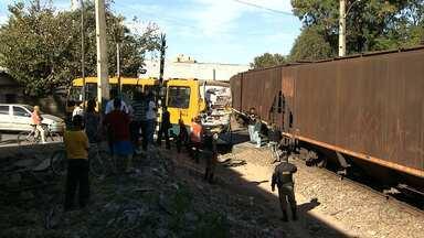 Sete pessoas ficam feridas em acidente entre ônibus e trem em Betim, na Grande BH - O trem atingiu a traseira do ônibus.