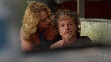 Ivana socorre Max - O malandro se envolve em uma briga de bar, reclama da ausência de Nina e Lucinda tenta consolar o filho
