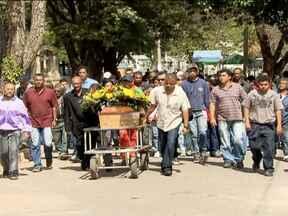 Primo de goleiro Bruno é enterrado em Belo Horizonte - Sergio Rosa Sales foi executado com seis tiros por dois homens que estavam em uma moto. Há suspeita de que tenha sido queima de arquivo. Ele esperava em liberdade o julgamento por participar da morte de Eliza Samúdio, a ex-amante do goleiro.