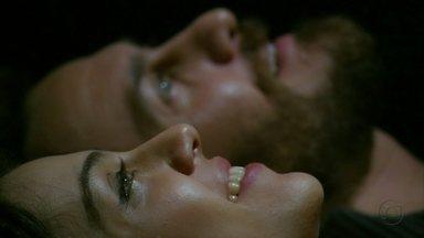 Rodrigo e Miriam têm sua primeira noite de amor - Sob o céu estrelado, eles trocam juras de amor. Enquanto isso, Fernando dirige como um louco para chegar ao santuário