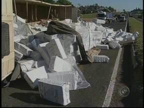 Caminhão carregado de amianto tomba em rodovia de Marília - Um caminhão carregado de amianto branco tombou na Rodovia do Contorno, em Marília, SP, na tarde desta quinta-feira (23). O motorista perdeu o controle da direção do veículo em uma curva.