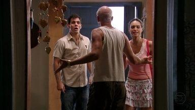 Adauto e Tessália procuram Muricy pela casa - Leleco fica tenso. Muricy tenta se esconder enquanto Leleco segura Adauto e Tessália