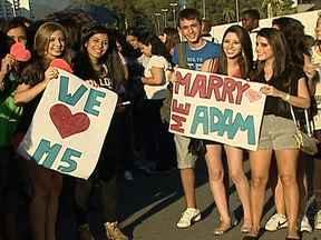 Fãs encaram calor e filas para o show do Maroon 5 - Neste sábado (25), muita gente chegou cedo à Arena HSBC, na Barra, para garantir um bom lugar no show da banda Maroon 5. Fãs de várias partes do Brasil estavam cheios de gás e com muitos sonhos.