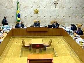 STF pode decidir o destino de João Paulo Cunha no julgamento do mensalão - Dos cinco réus em julgamento até agora, João Paulo Cunha é o único que ainda não sabe se será condenado ou absolvido. Ele é acusado pelo MP de receber R$ 50 mil para favorecer a SMP&B, de Marcos Valério, em contratos com a Câmara.