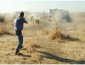 Justiça sul-africana surpreende e indicia mais de 200 mineiros por homicídio - A Justiça sul-africana surpreendeu o mundo ao indiciar mais de 200 mineiros por homicídio. Há 15 dias, aconteceu uma batalha entre mineiros e polícia durante uma greve na mina de Marikana. A polícia atirou nos manifestantes a curta distância.
