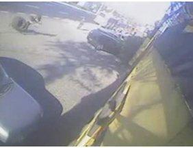 Mulher morre após ser atingida por roda que se soutou de caminhão - Raquel Bersotti foi atingida pelo pneu que se soltou de um caminhão. Ela foi levada ao hospital, mas não resistiu aos ferimentos. Segundo as investigações, o veículo estava sem vistoria há dois anos. O motorista deve responder por homicídio culposo.