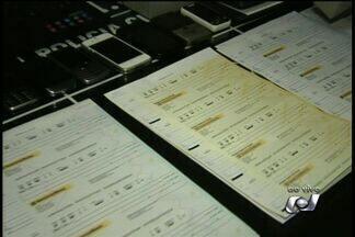 Grupo é preso suspeito de aplicar golpes em clientes de banco - Quatro pessoas foram presas nesta sexta-feira (31) em Goiânia, entre elas um ex-gerente de banco. Eles são suspeitos de aplicar golpes em clientes.