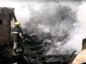 Incêndio no bairro Santa Isabel destruiu três casas em Erechim - Móveis foram completamente consumidos pelas chamas, mas ninguém ficou ferido.