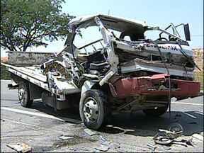 Motorista morre em acidente na Castelinho em Sorocaba, SP - Um homem de 34 anos morreu em um acidente no km 14 da rodovia Senador José Ermírio de Moraes, a Castelinho, em Sorocaba (SP). O acidente foi por volta das 10h30 desta segunda-feira (10).