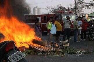 Moradores fecham rua em protesto contra a aumento no número de acidentes de trânsito - Proteto aconteceu na manhã desta terça-feira (11), na Vila Brasília, em Aparecida de Goiânia. Na segunda-feira (10), um motociclista morreu na via onde aconteceu o protesto.